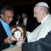 Papa Francisco recebe a makete do Santuário da Senhora das Rosas das mãos do Pe Vanilson