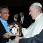 Fotos do Papa Francisco recebendo a Makete do Santuário da Senhora das Rosas das mãos do Pe Vanilson